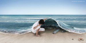 Niño levantando el mar y encontrando basura.
