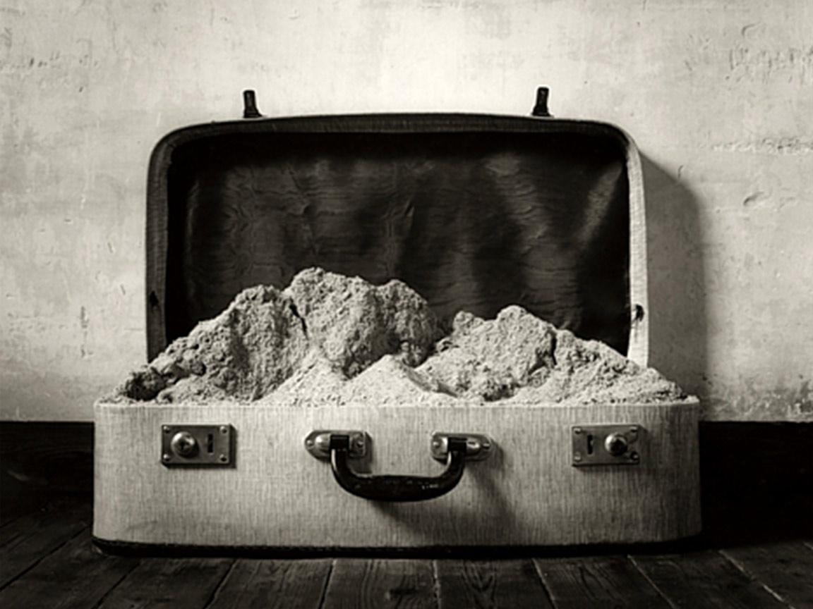¿Cómo lograr la metáfora fotográfica?: Aprende de Chema Madoz y Man Ray